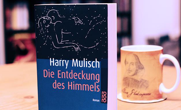 """Das Cover von Harry Mulischa """"Die Entdeckung des Himmels"""" zeigt ein Paar in inniger Umarmung. Sterne am Nachthimmel zeichnen ihre Umrisse."""